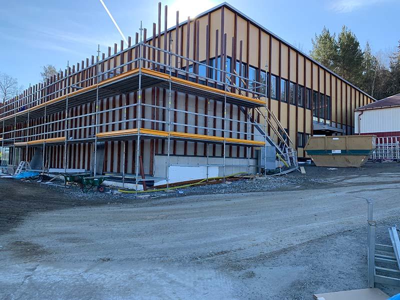 ByggR1 - KOM-huset: Fasadvy med balkong mot arenan.