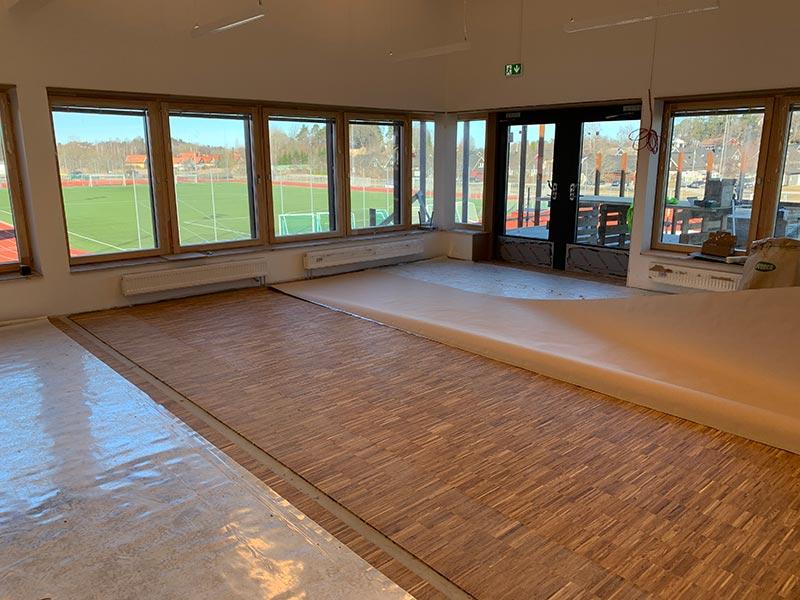 ByggR1 - KOM-huset: Konferensrum med utsikt över Träkvista IP