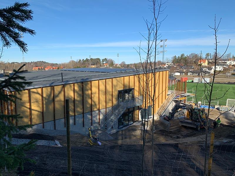 ByggR1 - KOM-huset: Takvy med solcellsanläggning.