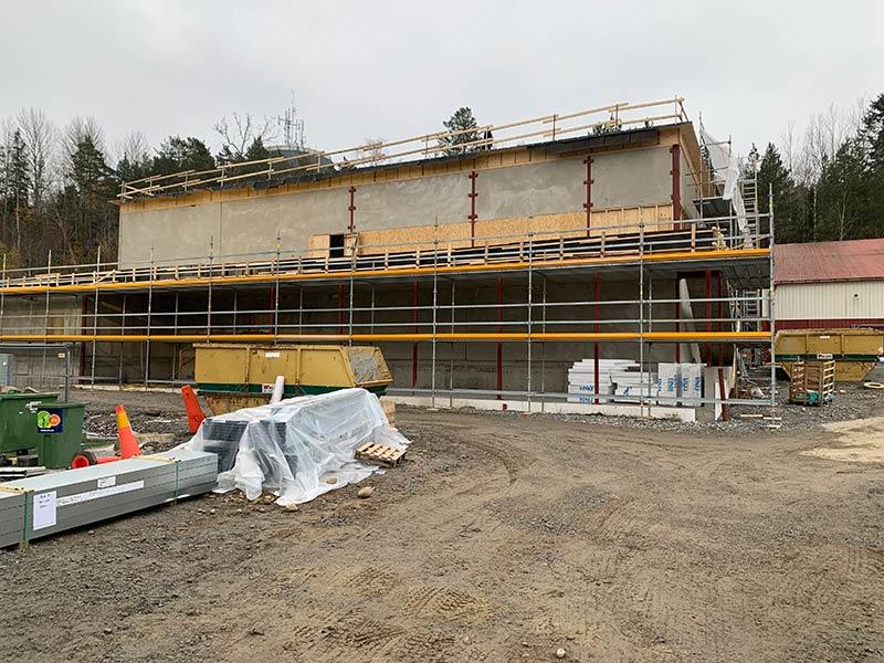 KOM-Huset: Nu är stommen uppe, tätt hus och värme på
